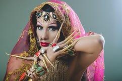 特写妇女在传统印度衣物穿戴了,极端长期沉重装饰在金子和典雅的面纱, 库存照片