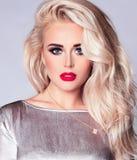 特写镜头一名华美的白种人白肤金发的妇女的秀丽画象白色背景的 库存图片