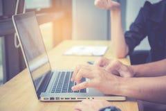 特写镜头与财务分析和飞行的数据一起使用关于膝上型计算机 免版税库存图片