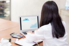 特写镜头与财务分析和飞行的数据一起使用关于膝上型计算机 图库摄影