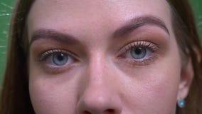 特写镜头专心白肤金发的式样手表眼睛画象镇静和入照相机 影视素材