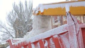 特写镜头专门了研究除雪机卸载雪入卡车 雪犁户外 股票录像