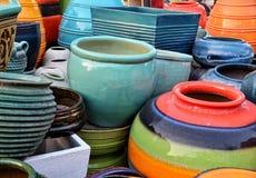 特写镜头五颜六色的陶瓷罐:泰国 免版税库存图片