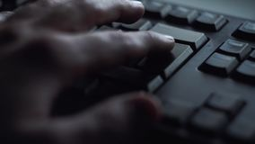 特写镜头人按键盘键 人新闻按进入键盘 人的手按键盘根据 股票视频