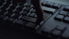 特写镜头人按键盘键 人新闻按进入键盘 人的手按键盘根据 影视素材