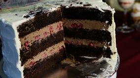 特写镜头人的手做薄片大巧克力蛋糕 影视素材