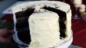 特写镜头人的手切片大婚姻的巧克力蛋糕 影视素材