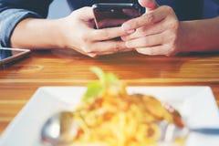 特写镜头人` s手使用指向在F的手指流动巧妙的电话 免版税库存照片