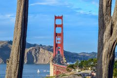 特写镜头从金门海峡的金门大桥交通在一好日子俯视 免版税库存照片