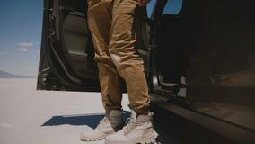 特写镜头佩带凉快沙漠鞋子离开在盐湖沙漠舱内甲板的微型货车汽车的被射击男性腿在邦纳维尔 股票视频
