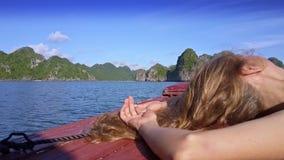 特写镜头侧视图有长的金发的女孩头在船板 影视素材