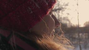 特写镜头侧视图面孔妇女在调查距离的街道上的冬天 股票录像