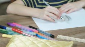 特写镜头儿童` s手画与在白皮书的一支简单的铅笔和毛毡笔 影视素材