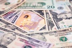 特写镜头全部美国美元和欧元现金钞票 概念飞跃,秋天,率,汇兑,债务,赢利,损失,认可 库存图片