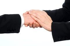 特写镜头公和女性董事握手在交易的与把中间人放的妇女在再保证的顶层上 库存照片