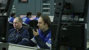 特写镜头关于无线电雇员的工作者报告看计算机 影视素材