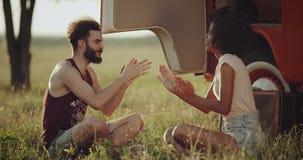 特写镜头减速火箭的公共汽车一人和少妇此外公共汽车坐打一场比赛用手的草 股票录像