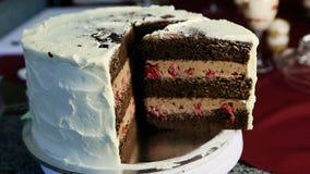 特写镜头切了用焦糖和樱桃装填装饰的大巧克力蛋糕 股票视频