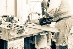 特写镜头切口与弧焊工的板材钢 库存照片