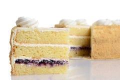 特写镜头切片蓝莓与结霜的奶油蛋糕 免版税图库摄影