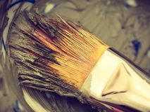特写镜头刷子和绿色黏土面部面具在碗 免版税图库摄影