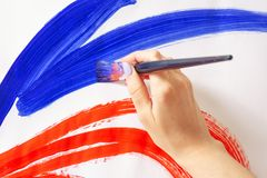 特写镜头刷子在艺术家的手上,水彩绘画 图库摄影