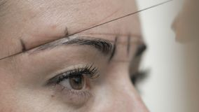 特写镜头化妆师在客户眼眉附近画线螺纹 股票录像