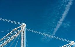 特写镜头反对蓝天和云彩的大厦起重机 免版税图库摄影