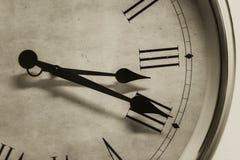 特写镜头古色古香的老牌时钟时间罗马小时数字葡萄酒颜色口气 免版税库存照片