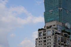 特写镜头台北101修造的玻璃墙框架金属和塔 库存图片