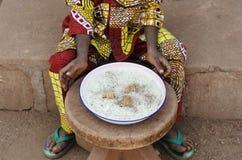 特写镜头吃米的被射击小非洲婴孩 免版税库存图片