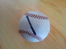 特写镜头和一个白色蟋蟀坚硬球的顶视图在巧妙的电话的在木地板上 库存图片