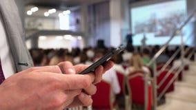 特写镜头商人,报告人,成功的商业领袖,使用在背景的公司经理智能手机  股票视频