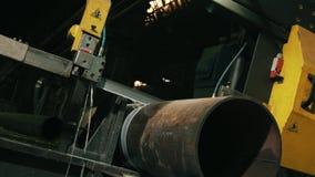 特写镜头喷水的金属切削裁减分开管子 股票录像