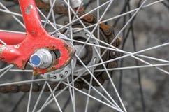 特写镜头图象显示轮幅和齿轮细节在一辆红色自行车 免版税库存照片