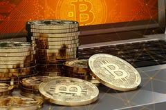 特写镜头在放置在有屏幕上Bitcoin的商标和blockchain结的计算机的Bitcoin堆射击了 免版税库存照片