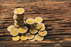 特写镜头在木桌上的堆硬币 财政和挽救 免版税库存照片