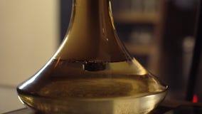 特写镜头在水玻璃烧瓶的气泡抽烟的水烟筒的 股票视频