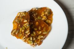 特写镜头在焦糖点心的南瓜籽 免版税库存照片