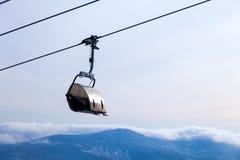 特写镜头在电车的滑雪电缆车有在bac的一间闭合的客舱的 免版税库存图片