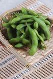 特写镜头在篮子的结冰的edamame豆在makisu膳食席子准备服务在日本餐馆在曼谷,泰国 图库摄影