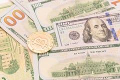 特写镜头在美元的金黄Bitcoin Cryptocurrency 免版税图库摄影