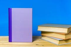 特写镜头在蓝色背景的精装书 免版税库存图片