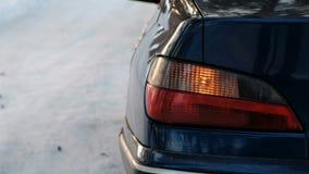 特写镜头在车的左边警报闪光在冬天公园 从边的后面看法 股票录像