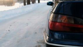 特写镜头在车的左边警报闪光在冬天公园 从边的后面看法 股票视频