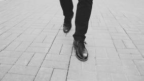 特写镜头在鞋子的视图商人走前面边路在街道的 库存照片