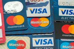特写镜头堆信用卡、签证和万事达卡、信用,借方和电子 图库摄影