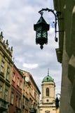 特写镜头大厦在墙壁教会的铁街灯 库存图片