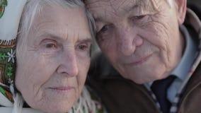 特写镜头夫妇愉快的前辈 年长妇女亲吻她的重的丈夫 老夫妇walkink在冬时的公园 股票视频