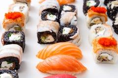 特写镜头套寿司卷, maki用在白色背景的鱼子酱 库存照片